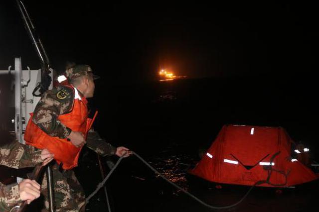 渔船触礁搁浅致9人遇险 福建海警紧急救助