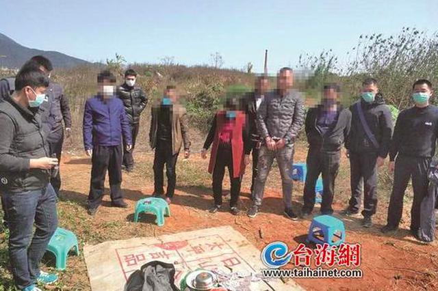 漳州:疫情防控期间 坟墓空地上竟有人聚众赌博
