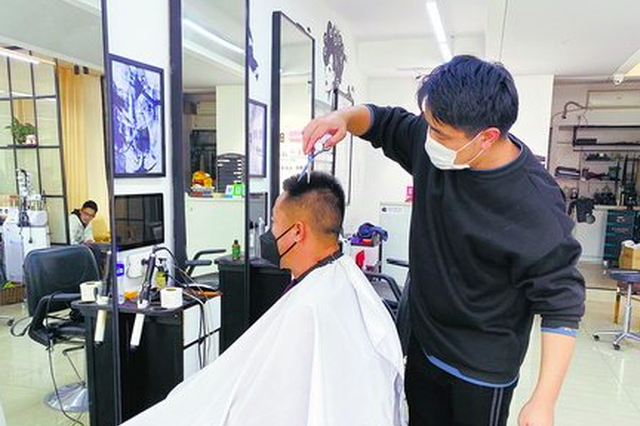 厦门理发店开门营业数量增多 避免扎堆建议错峰理发