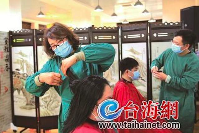 翔安热心夫妻为近200位医护人员修剪头发
