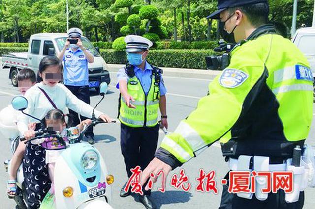 骑摩托车电动车戴好安全头盔 厦门今年已查处近2万起