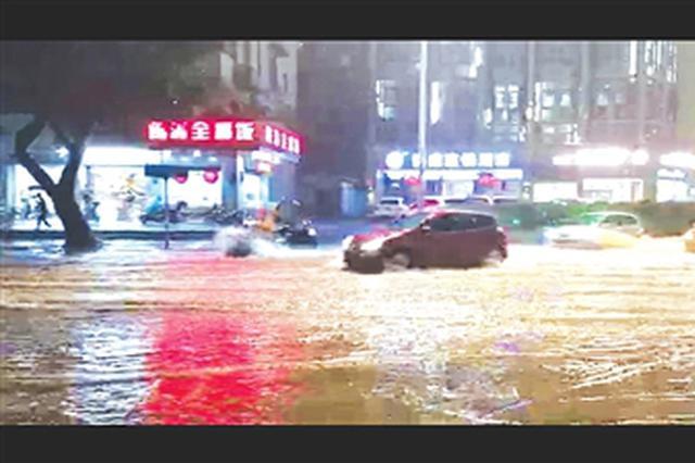 福州遭遇20年一遇暴雨 多路段积水多部门合力排水