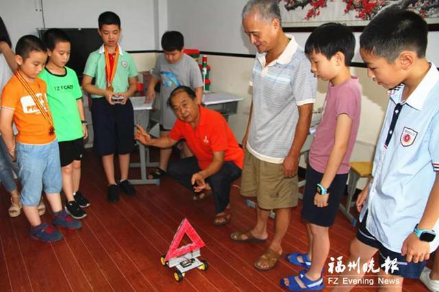 福州一语文老师爱搞科技发明 14年获600多个发明奖项