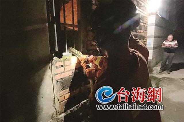 漳州:三米大蟒蛇半夜卧窗台 住户报警消防妥善处置