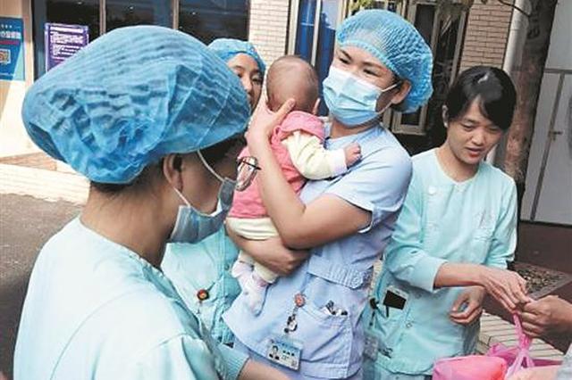 泉州一早产女婴被遗弃 医护人员暖心守护为她找新家