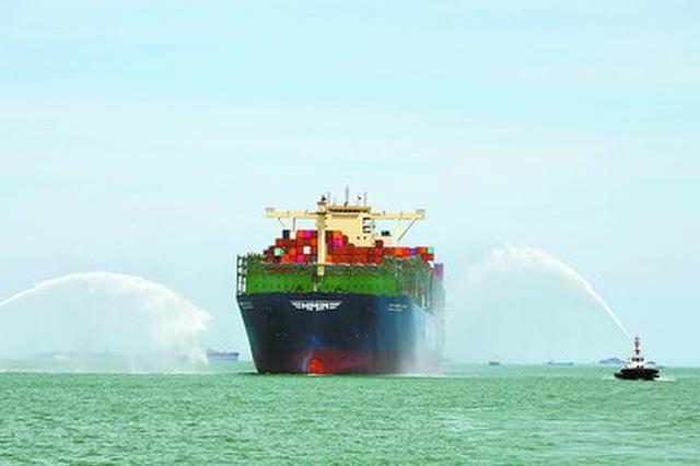 世界最大集装箱船首航厦门港 其船长近400米