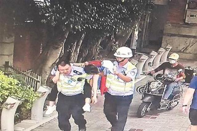 泉州一女子用餐时突然晕倒在地 交警背起直奔医院