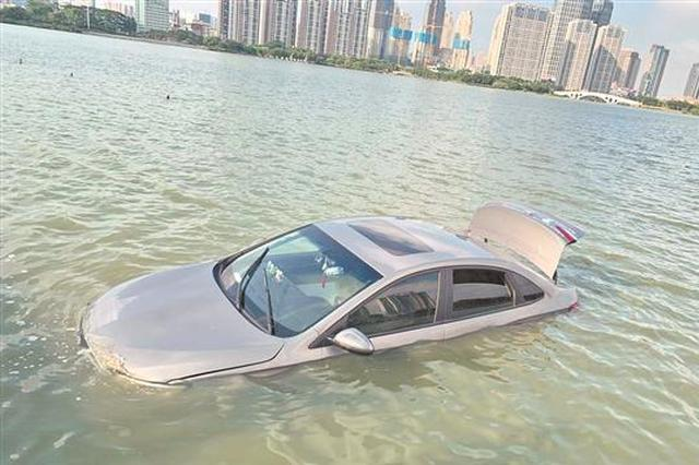 泉州一小车开进湖中遇险 驾驶员获救后自行离开