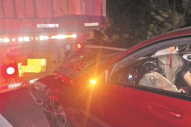泉州一女子疲劳驾驶追尾牵引车 被拖行5公里后跳车报警