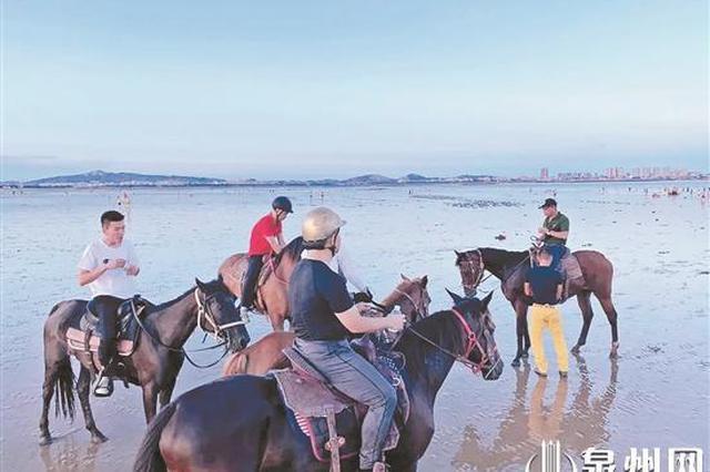 泉州:海滩上12岁男孩被浪卷走 3勇士策马入海救男童