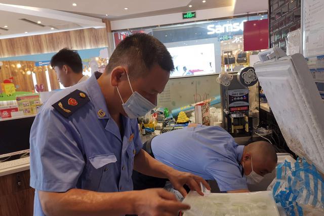 厦门SM二期一家冷饮店被查 涉嫌使用过期原料