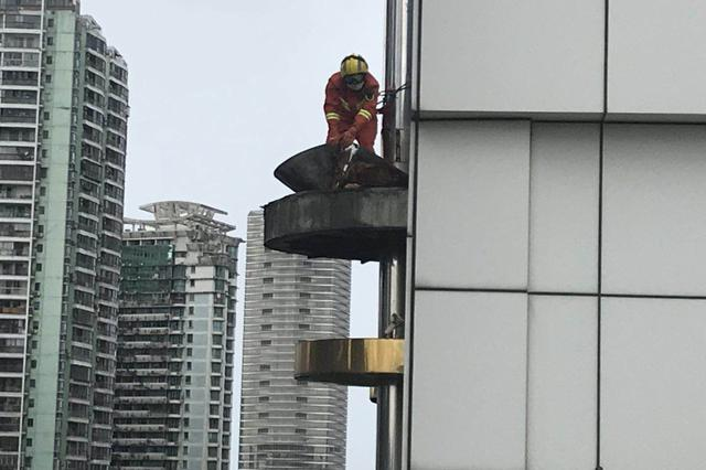 厦门一顶楼外墙铁质物件晃动 消防员及时排除安全隐患