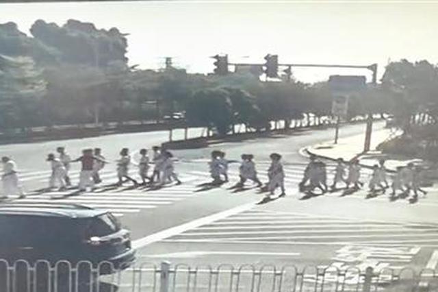 """泉州跆拳道培训机构带领小学生""""跑团"""" 现身机动车道"""