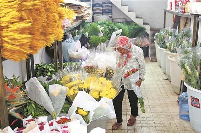 """94岁""""花婆婆""""卖花62年 买花用花有讲究谈起花事如数家珍"""