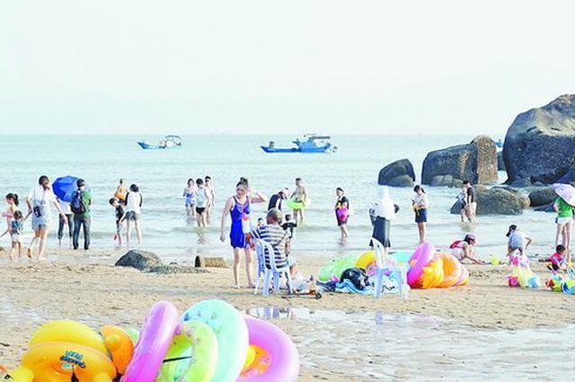 泳圈被礁石划破父女被困海里 充气泳圈中看不中用