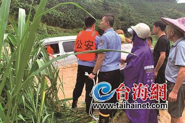 漳州一面包车冲进河里 民警赶赴现场救出司机