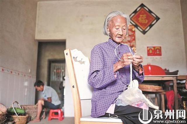 泉州112岁老人还能穿针引线做手工 烟酒不沾常年喝茶
