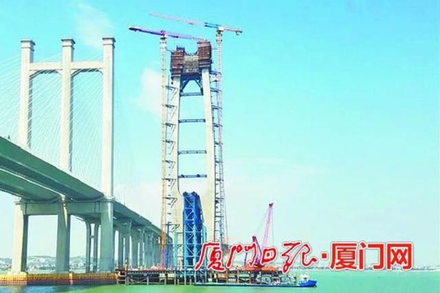 福厦高铁泉州湾跨海大桥首榀钢箱梁顺利吊装 预计明年6月合龙