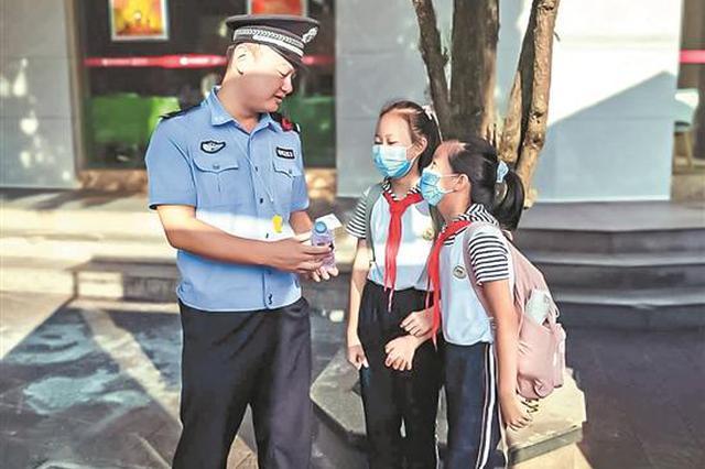 泉州:交警顶烈日执勤 小学生用零花钱买水相送感谢