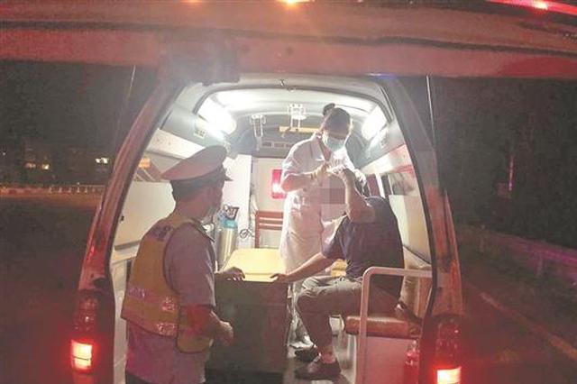 泉州一货车高速上翻车司机头破血流 警医联动快速救援