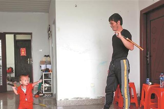 泉州惠安2岁娃耍双截棍 能灭蜡烛、开矿泉水瓶盖