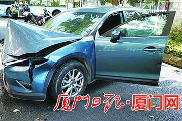 厦门莲岳路两车碰撞 一车撞上行道树车前盖撞坏变形