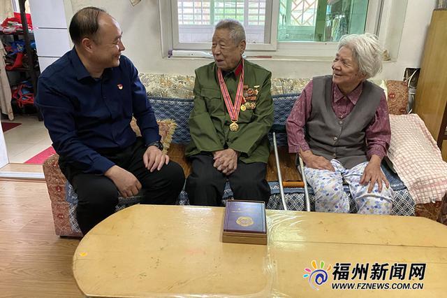 福州为抗美援朝志愿军老战士代表颁发纪念章