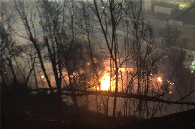 海沧大桥东渡段桥下发生火灾 消防仍在扑救中