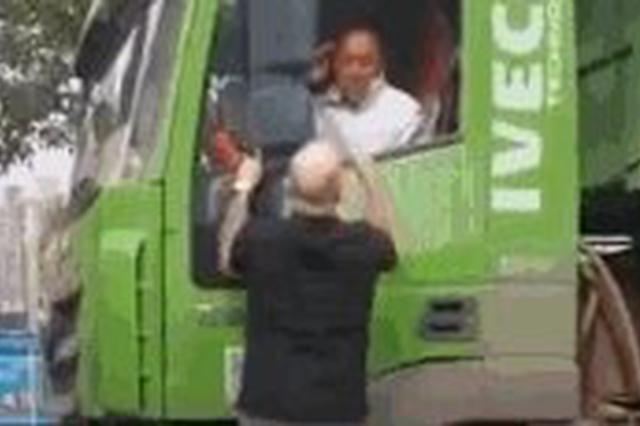 外籍男子挥拳呵斥大货车司机? 厦门警方调解双方达成和解