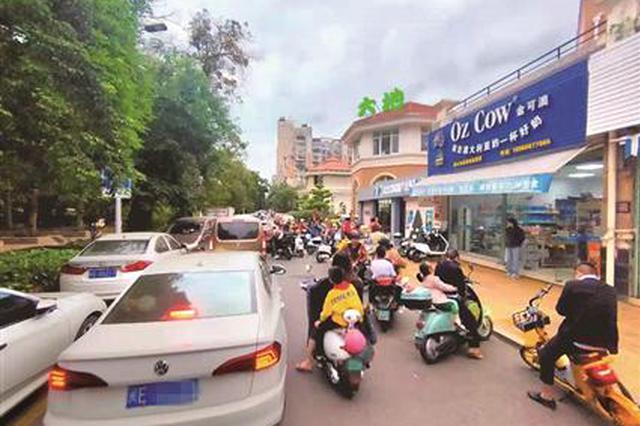 城管市政开发商都不管 漳州市区一繁忙路段太乱了