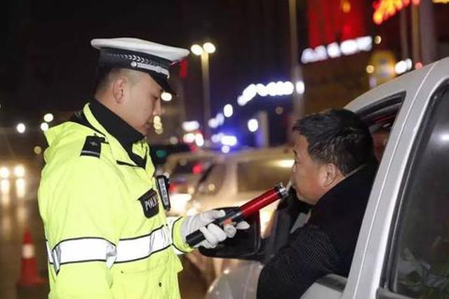 厦门:醉驾司机遇上夜查 一人路边痛哭一人关窗拒检