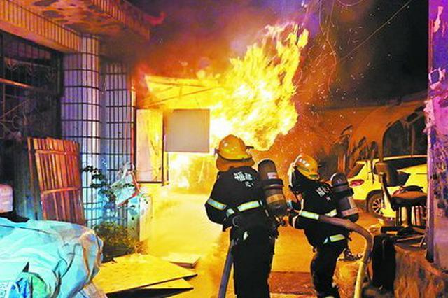 厦门思明区一店面凌晨起火 上百件快递遭殃