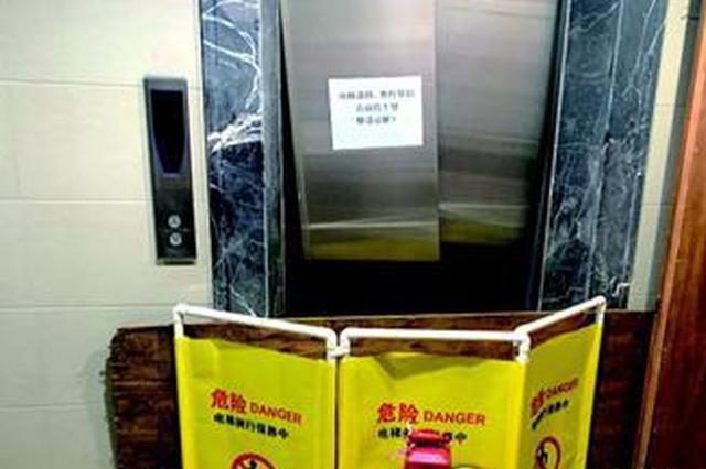 厦门一男子用电动车撞坏电梯门 从14楼电梯井坠落