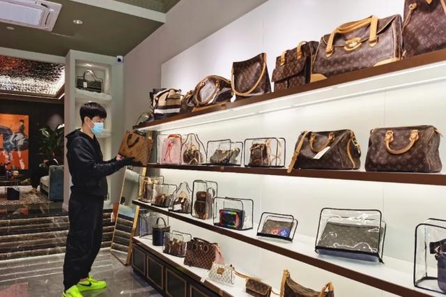 厦门奢侈品专柜排长龙 二手店一天卖10多个包