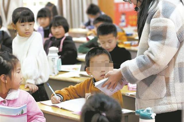 开学首日他在等父亲醒来续:小杰返校上课 爱心向他涌来