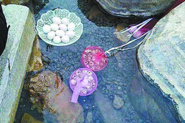 海沧一天然温泉水温达80℃ 市民打水泡脚煮鸡蛋
