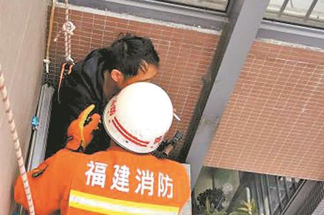 """泉州消防员28楼天台""""约酒""""救下醉酒轻生男子"""