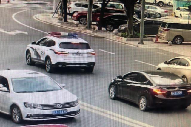 生死时速!宁德警车连闯9个红灯救1岁患儿