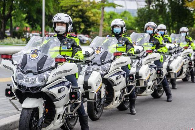 """福州首支女子骑警队:女警风范 一""""骑""""当先"""