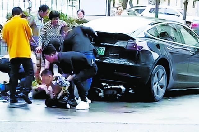 一辆特斯拉意外撞伤电动车上母子4人,众人抬车救人