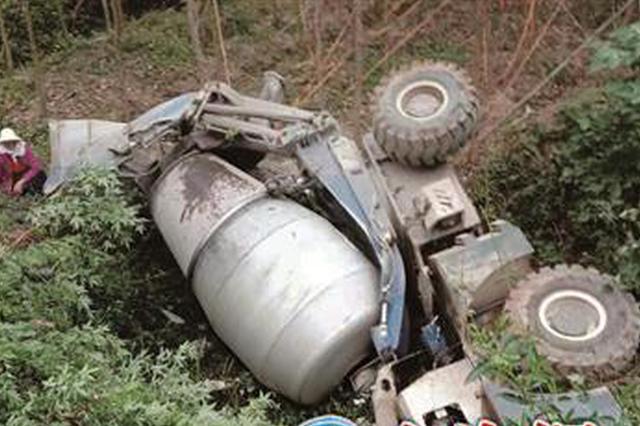漳浦:水泥罐车侧翻 滚落百米山谷