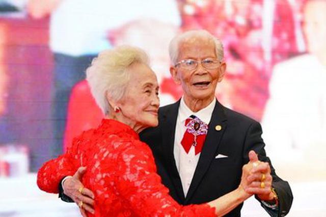 厦门百岁老人重温婚礼 子女做伴郎伴娘