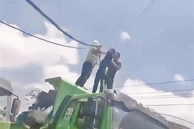 电缆线被货车拉断 铁骑队员烈日下托举电缆