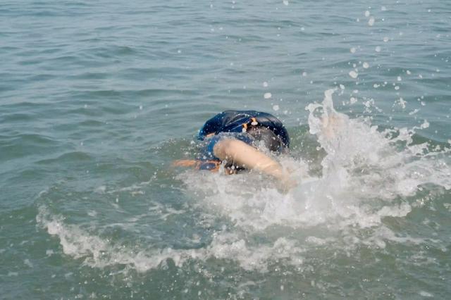 男子江边挖螺不慎滑入江中溺亡