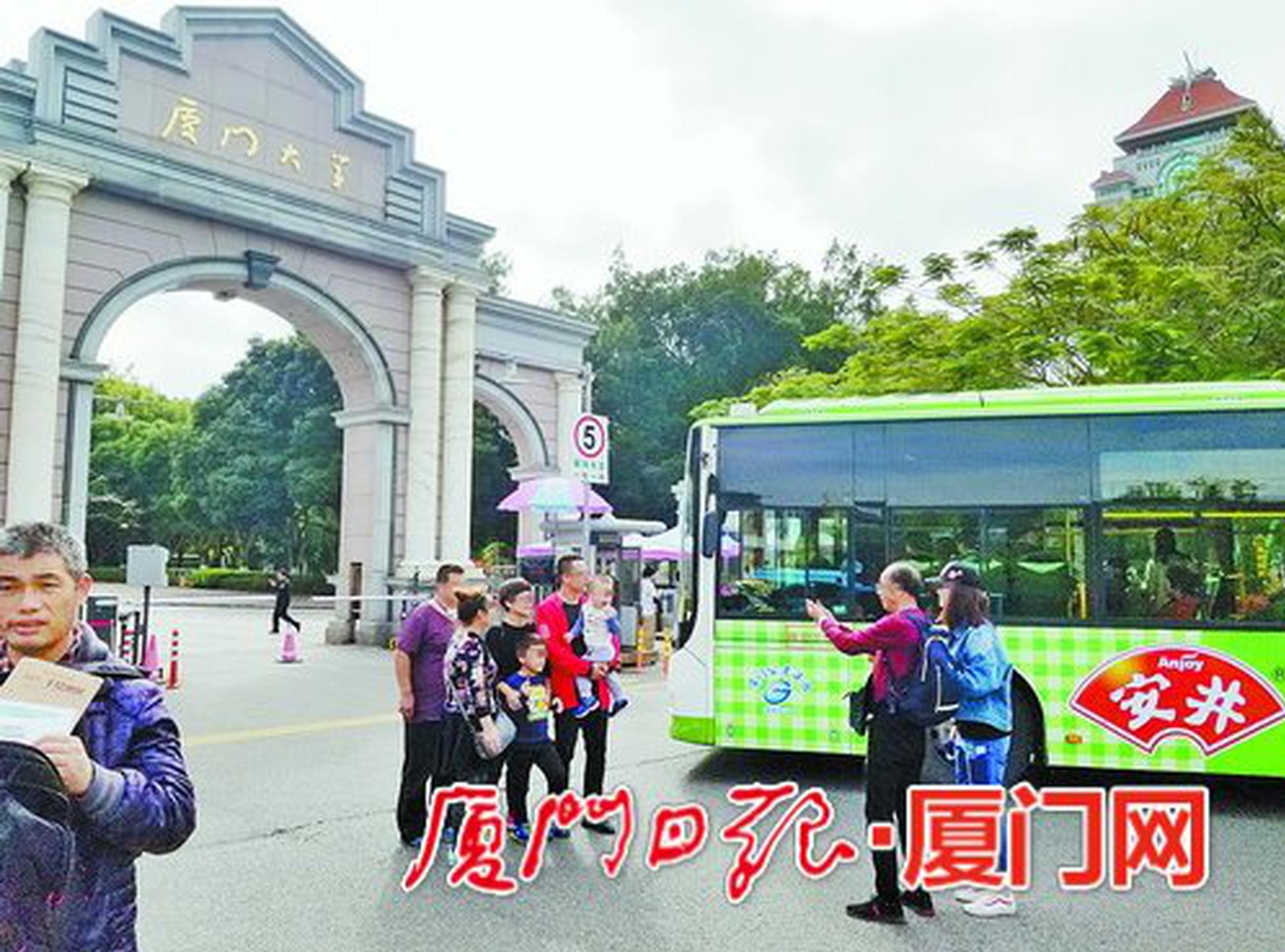 被拍照游客堵住的公交车
