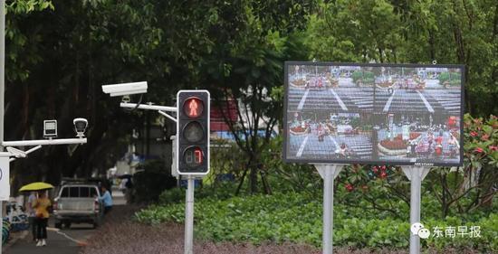 △市民骑电动车闯红灯被抓拍,并在大屏幕上进行曝光