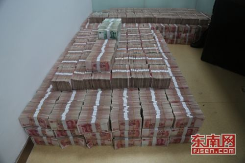 警方查扣的涉案现金 泉港警方供图