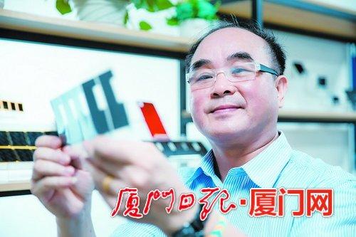 陈锦裕展示公司研发的石墨烯散热产品。(本报记者 黄 嵘 摄)