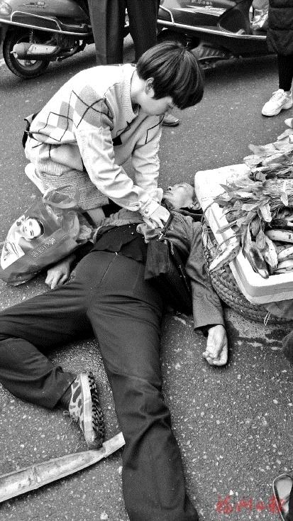 陈捷街头急救晕倒老人。(网友供图)