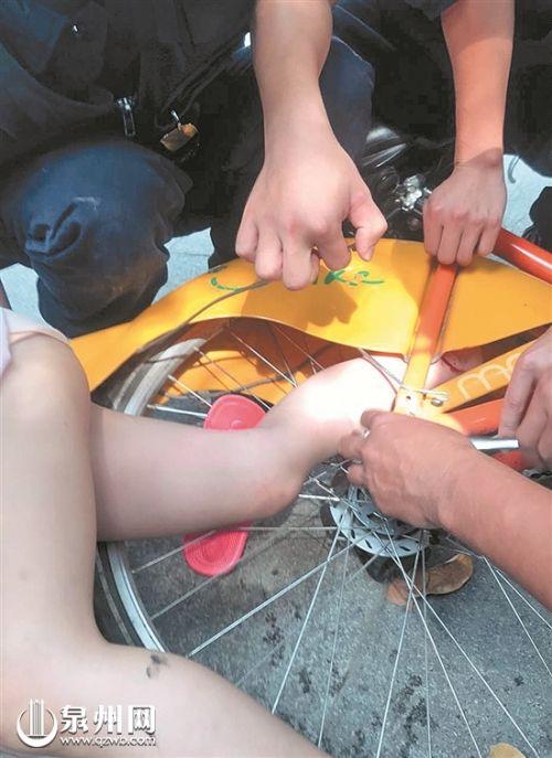 消防人员拆卸后轮解救女孩的脚